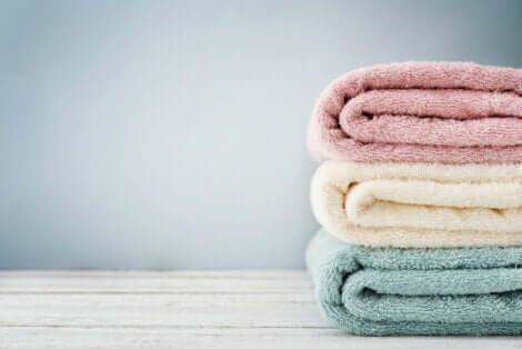 Trois serviettes empilées.