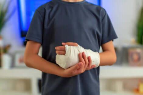 Un homme avec un bandage aux doigts et à la main.
