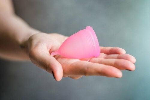 Une coupe menstruelle dans une main.