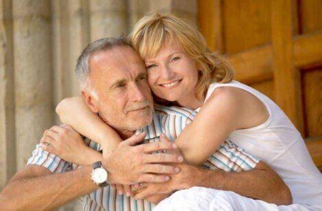 Un couple avec une différence d'âge.