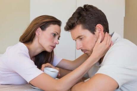 Une femme qui soutient son partenaire anxieux.