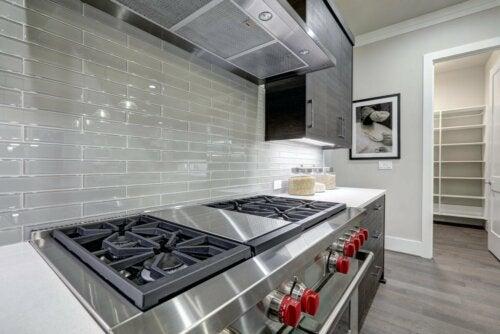 Une cuisine en aluminium.