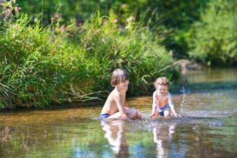 Des enfants qui jouent dans l'eau.