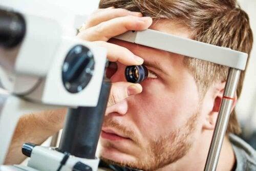 Examen de l'oeil.