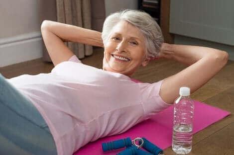Une femme âgée faisant du sport.