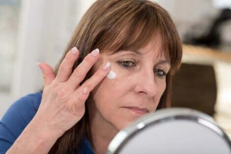 Une femme qui s'applique de la crème sur le visage.