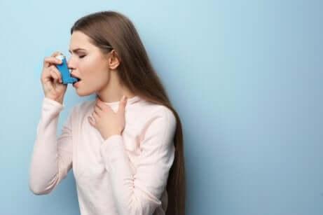 Une femme asthmatique qui prend des corticostéroïdes.