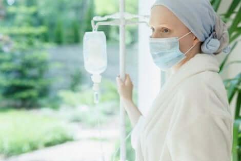 Une femme avec un cancer.