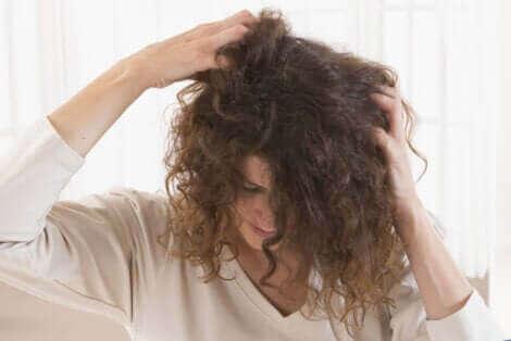 Une femme se grattant les cheveux.