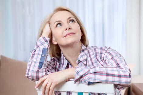 Une femme pensive en chemise.