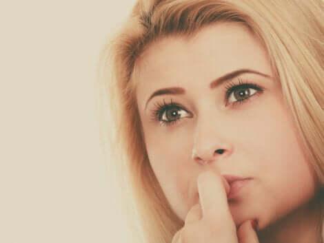 Une jeune femme qui réfléchit.