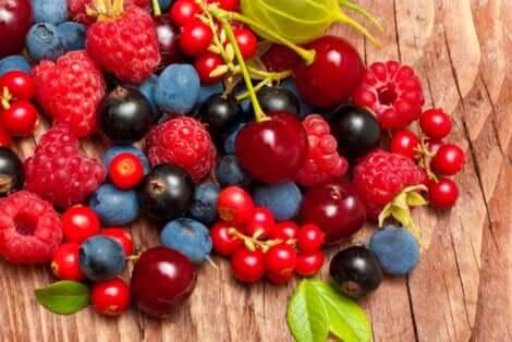 Des fruits rouges sur une table.
