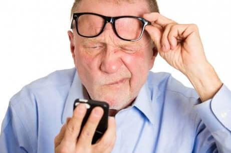 Un homme avec des troubles de la vue.