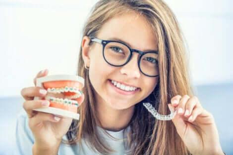 Une jeune fille avec un appareil dentaire.