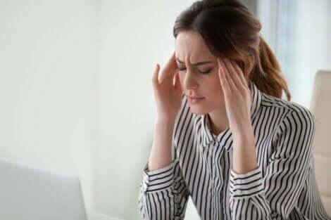 Un mal de tête devant l'ordinateur.