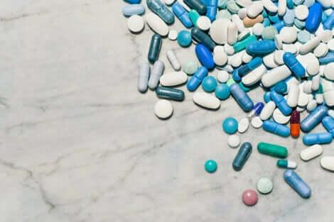Des médicaments sur une table.