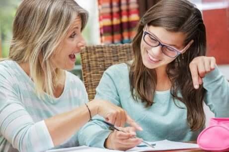 Une mère et sa fille qui discutent.