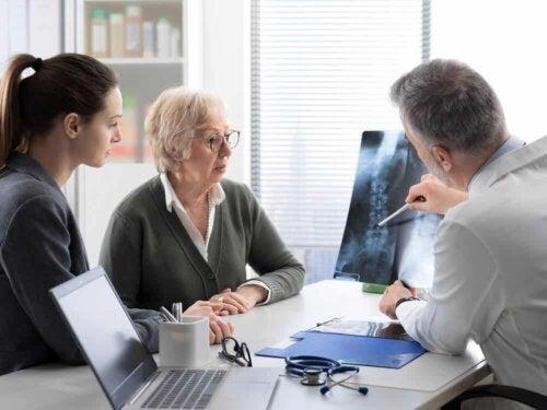 Un médecin avec des patients.