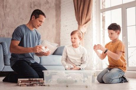 Un père avec ses enfants.