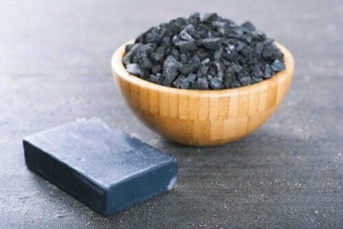 2 méthodes pour faire votre propre savon au charbon actif