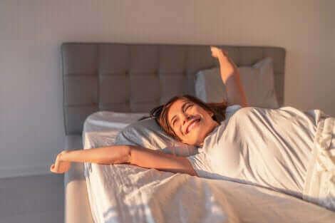 Une femme heureuse au lit.