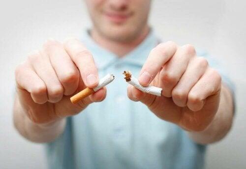 Une cigarette coupée en deux.