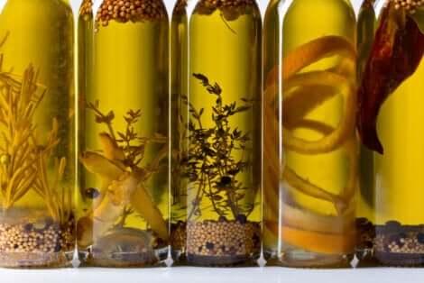 Huile aromatisée en bouteilles.
