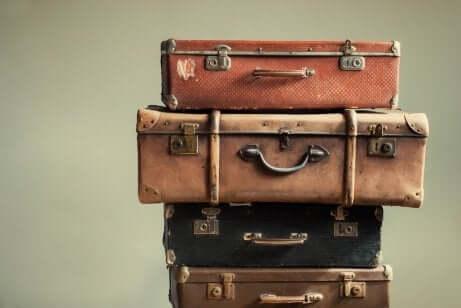 Des valises posées les unes sur les autres.