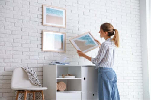 7 conseils pour accrocher des cadres sans abimer le mur