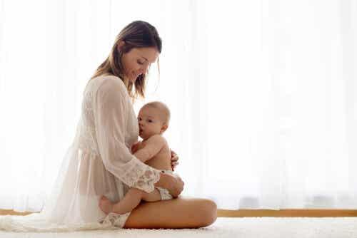 Une mère qui allaite son enfant.