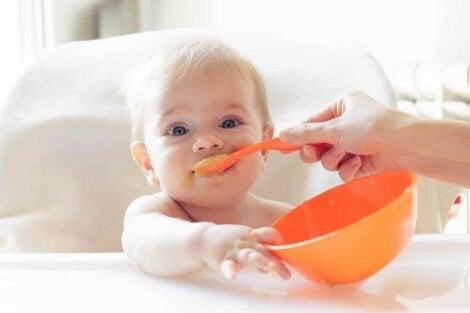 Un bébé qui mange de la compote.