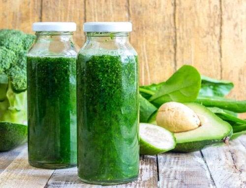 Des boissons vertes.