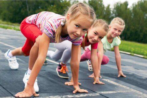 Des enfants qui font une course.