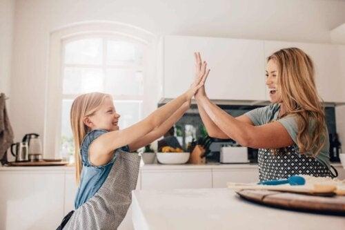 Une mère et sa fille qui cuisinent.