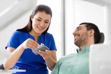 Une femme dentiste et son patient.