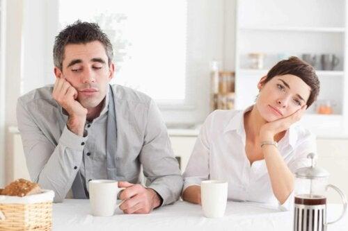 Un couple qui s'ennuie au petit déjeuner.