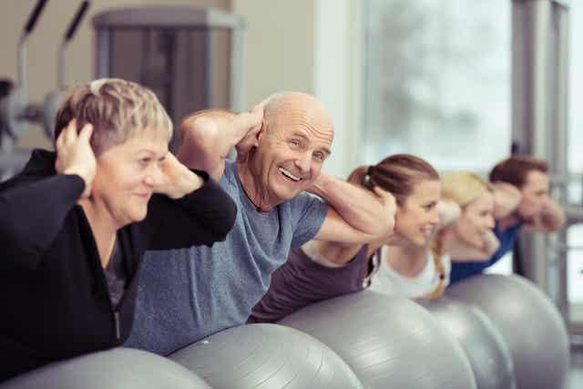 Des personnes âgées faisant du sport.
