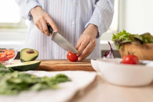 Préparation d'une salade de tomate et avocat.