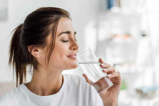 Une femme buvant de l'eau.