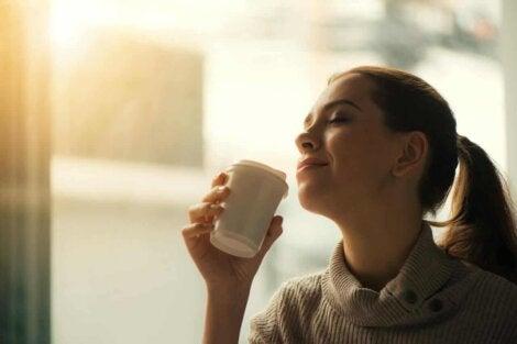 Une femme qui boit du café.