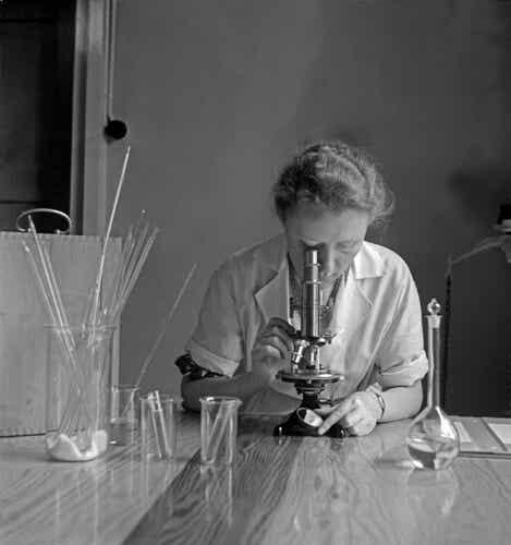 Une femme scientifique qui fait des recherches.