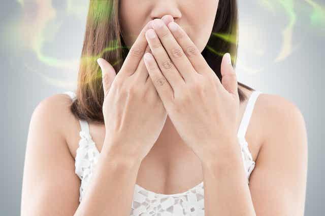 Une femme souffrant de mauvaise haleine.