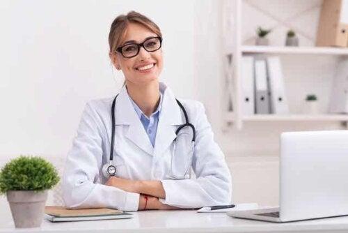 Une femme médecin.