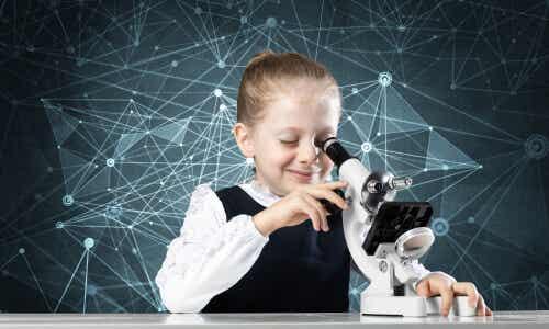 Une jeune fille qui regarde dans un microscope.