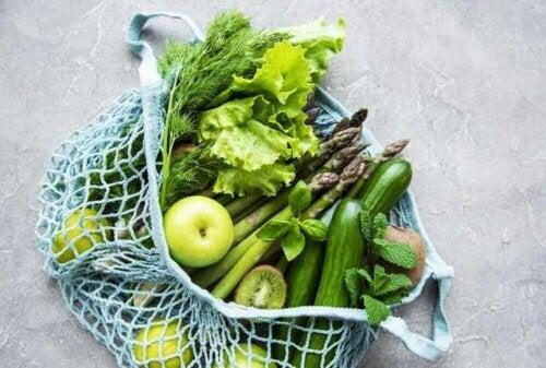 Mélange de fruits et légumes verts.