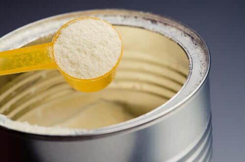 Des études signalent que les laits artificiels pour bébés contiennent une grande quantité de sucre
