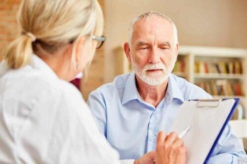 Un médecin avec son patient.