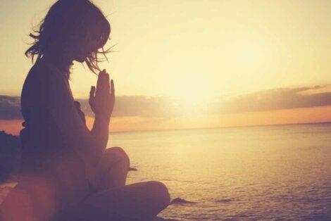 La méditation au coucher de soleil.