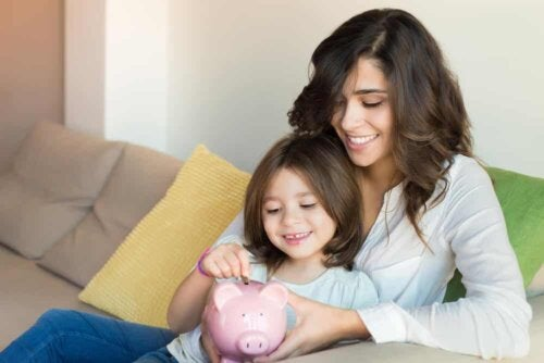 Une mère et sa fille font des économies.