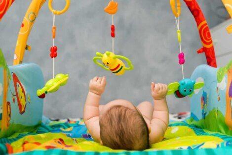 Un bébé qui joue avec son mobile.